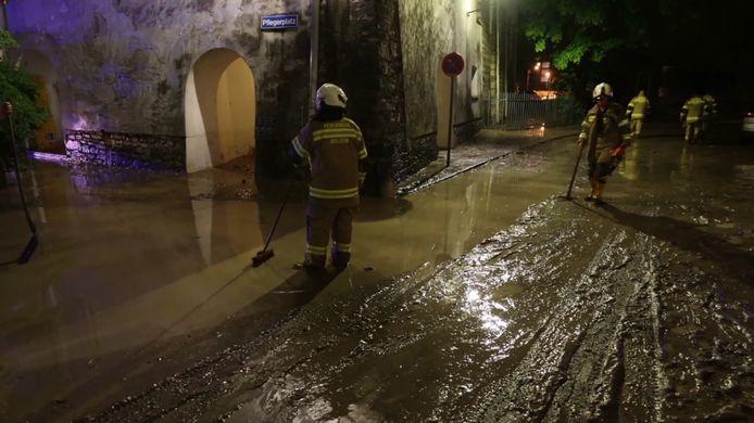 De brandweer veegde afgelopen nacht de straten schoon na de modderstroom van gisterenavond.