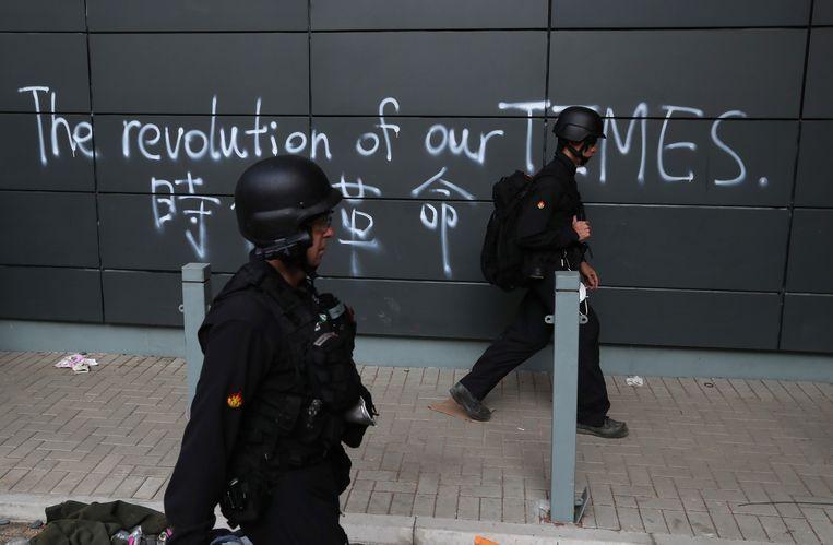 Oproerpolitie bij de Hongkongse universiteit waar het tot confrontaties kwam tussen demonstranten die zich er verschanst hadden en de politie. Beeld REUTERS