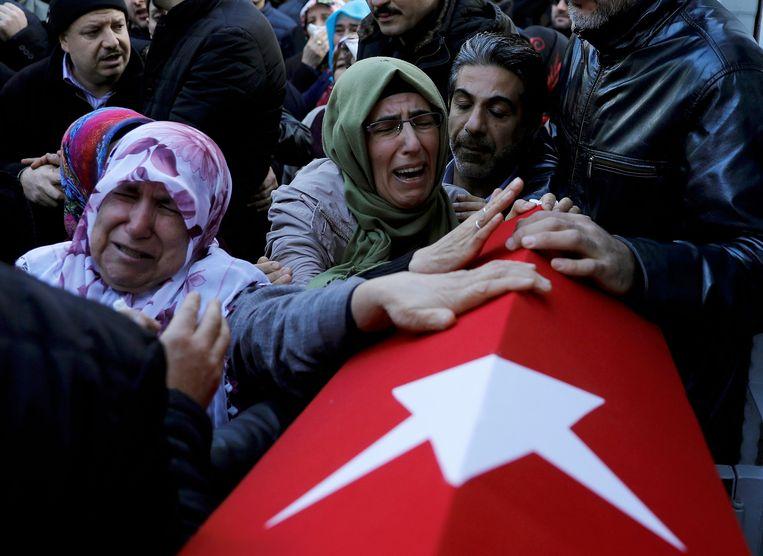 Nabestaanden van Fatih Cakmak, een veiligheidsagent van de nachtclub in Istanboel waar op oudejaarsnacht een aanslag werd gepleegd.  Beeld REUTERS