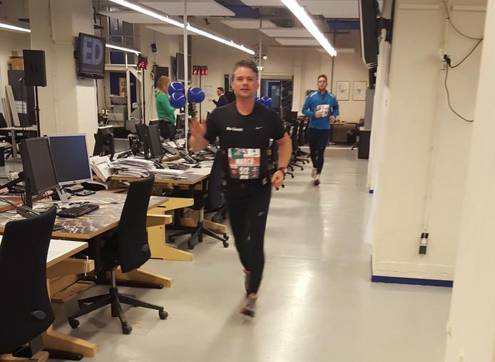 Deelnemers van de Urban Trail Run rennen over de redactie van het ED.