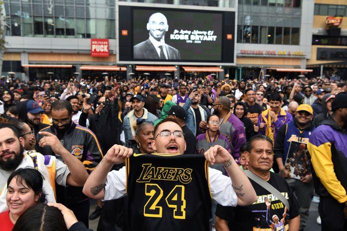 Buiten het gebouw stroomde het vol met Lakers fans, die bloemen, kaarsen en shirts van de geliefde speler kwamen neerleggen. (26/01/2020)