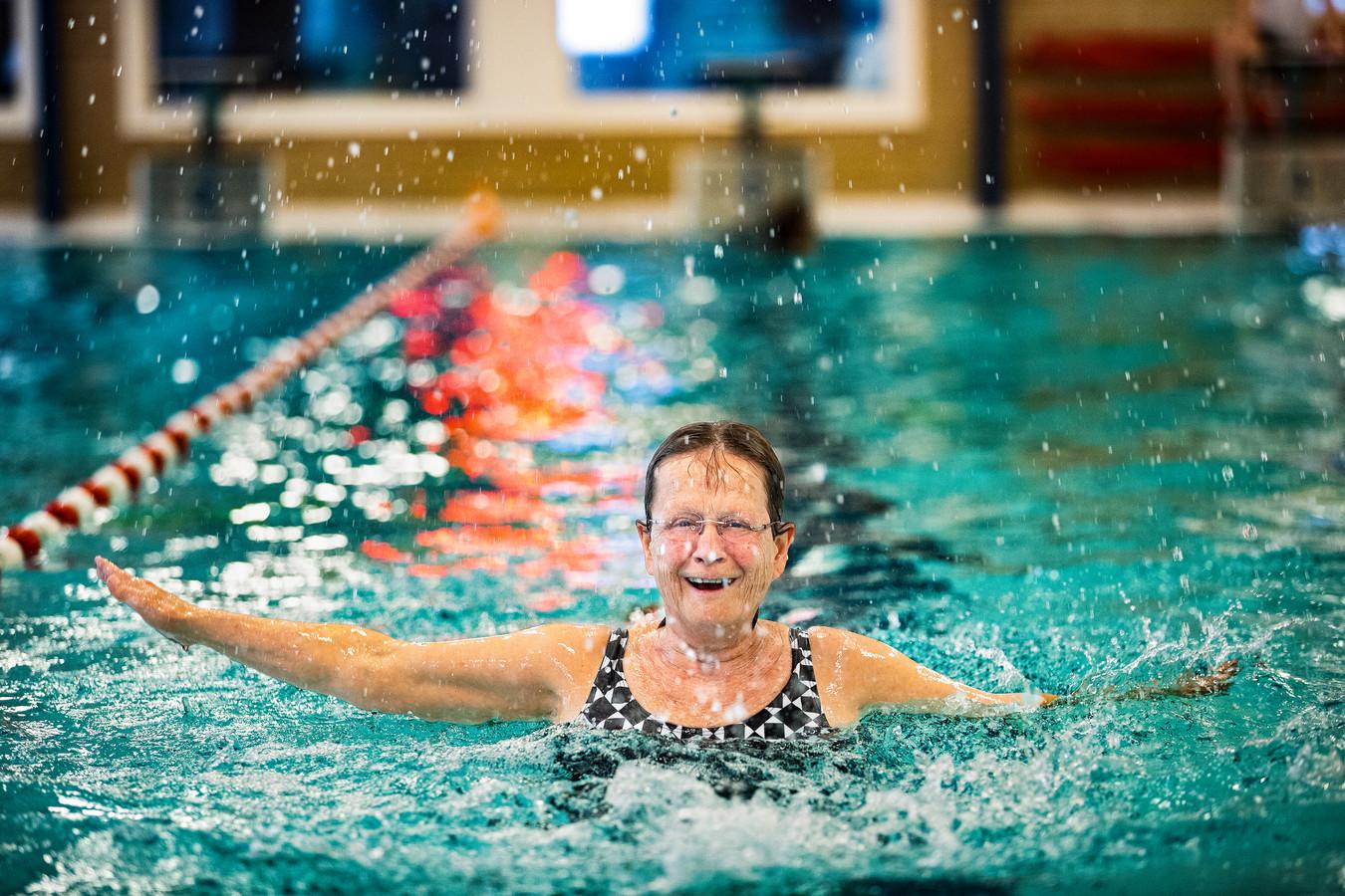Mieke van Stiphout geniet van de eerste keer sinds lange tijd therapeutisch zwemmen in zwembad De Schop in Asten.