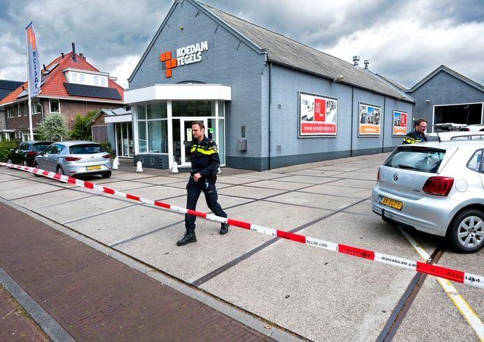 Politie-inval bij Koedam Tegels op de Zandweg in De Meern.