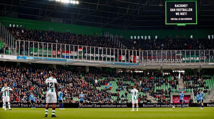Ook bij FC Groningen - Feyenoord werd er zondag in de eerste minuut niet gevoetbald om een statement te maken.