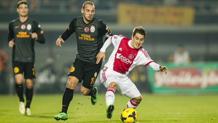 Bojan Krkic (r) kon niet overtuigen tegen Galatasaray. Op de foto is de Spanjaard in duel met Wesley Sneijder. Beeld pro shots