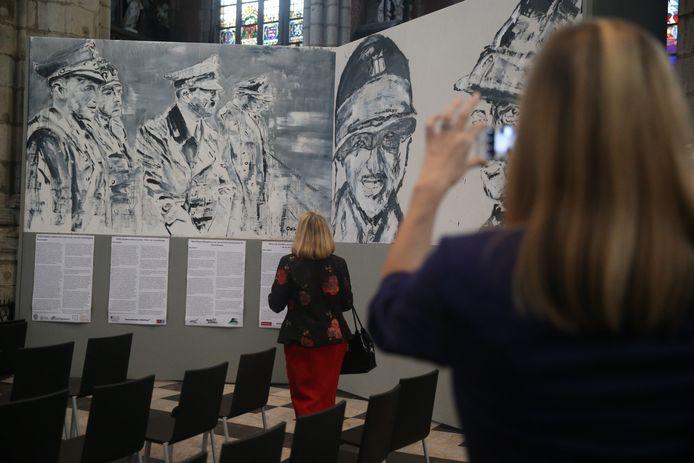 Dat een beeltenis van Adolf Hitler een plaats krijgt in het Sint-Baafskathedraal doet stof opwaaien.