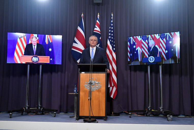 De Britse premier Boris Johnson (links), de Australische premier Scott Morrison (midden) en de Amerikaanse president Joe Biden (rechts) presenteren de samenwerking tussen de drie landen. Beeld EPA