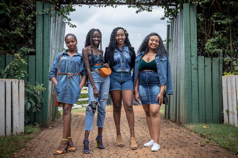 Enkele van de honderden bezoekers  van de zesde editie van het jaarlijkse 'natural hair event' in Nairobi.  Beeld Sven Torfinn / de Volkskrant