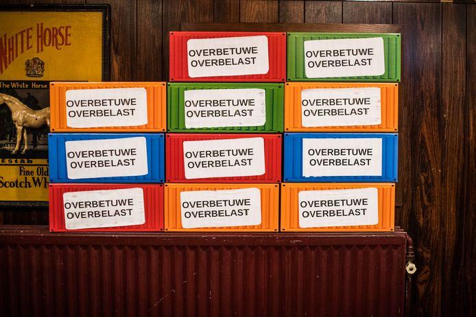 Containers vol handtekeningen tegen de aanleg van een railterminal bij Reeth en Valburg. Ze werden vorige week aangeboden aan de deelnemers van het railterminaldebat in Valburg.