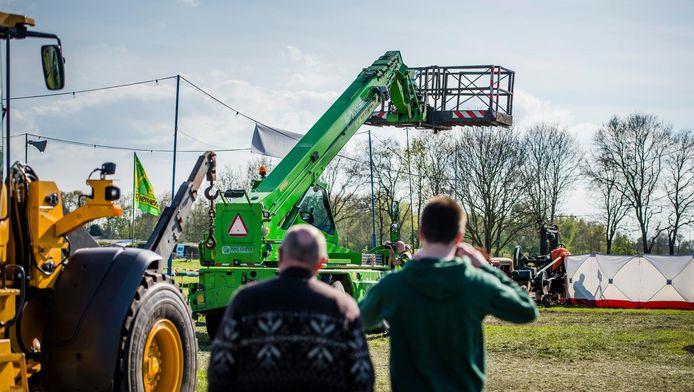 De omgevallen hoogwerker in Oosterwolde.