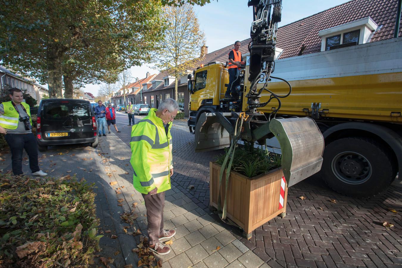 Het plaatsen van de bloembakken in de Kapelstraat in Beek en Donk.