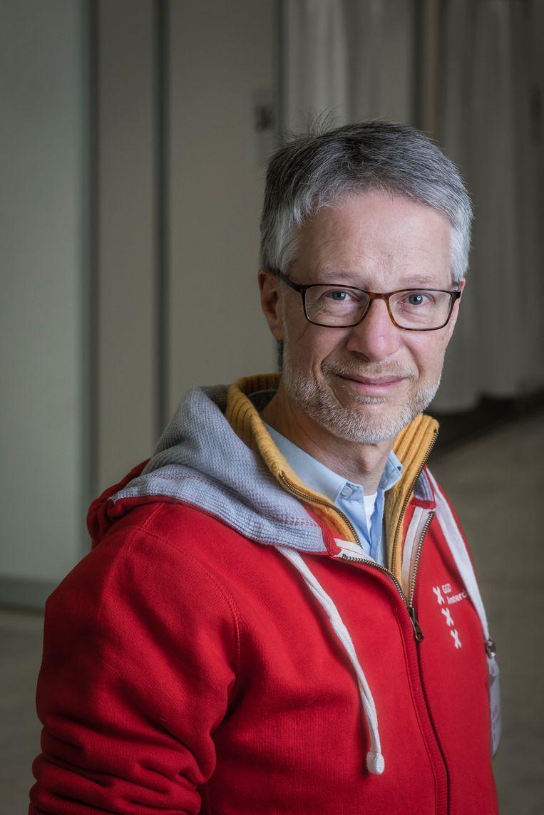 Guido Frankfurther vaccineert mensen in de vaccinatiestraat van de GGD in de RAI in de strijd tegen het corona virus. Over zijn belevenissen schreef hij columns.  Beeld Dingena Mol