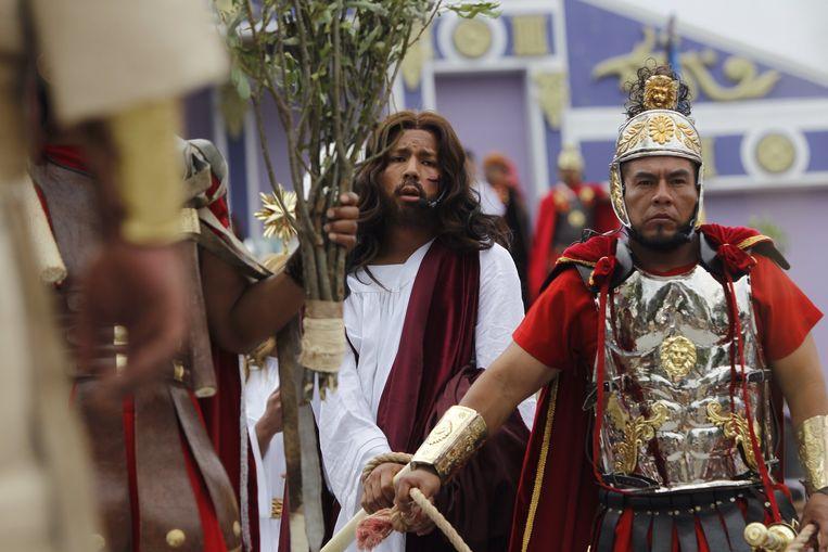 De 24-jarige Iván Estrella vertolkte dit jaar de rol van Jezus in het Passiespel van Iztapalapa in Mexico-Stad. Beeld EPA