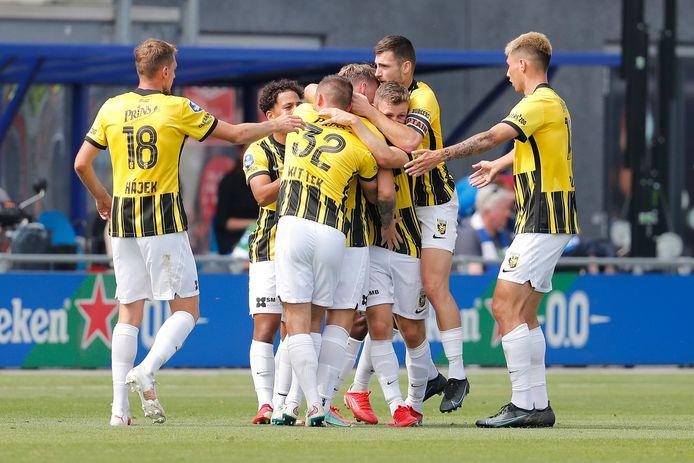 Spelers van Vitesse vieren de openingstreffer in Zwolle.