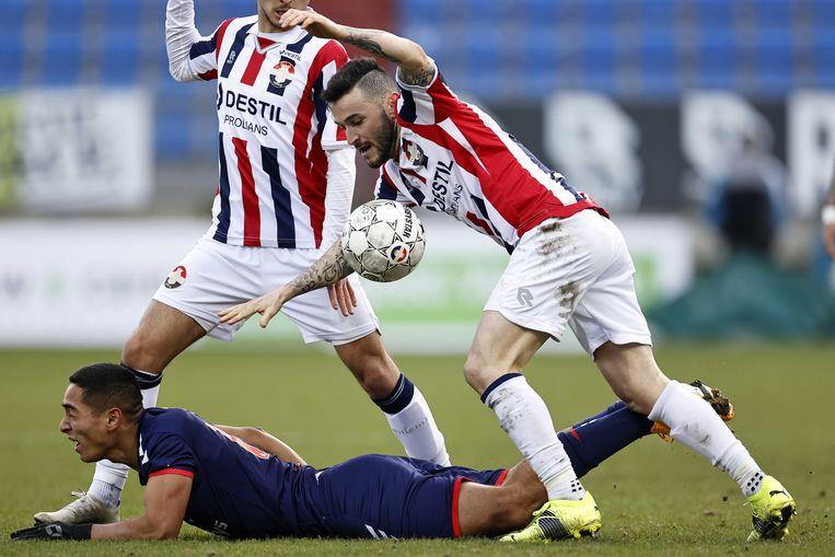 Didier La Torre van FC Emmen (op de grond) en Pol Llonch van Willem II. Beeld ANP