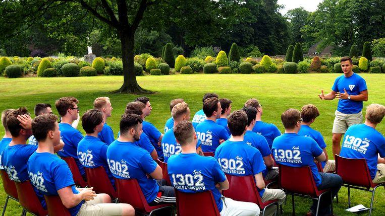 Dries Van Langenhove spreekt S&V-leden toe in de tuin van het Oude Klooster Maleizen.  Beeld RV