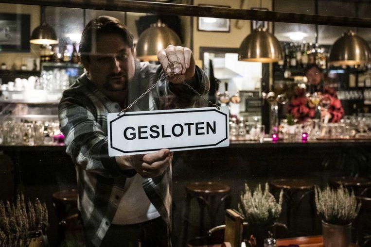 Een café in de Jordaan in Amsterdam sluit de deuren ten tijde van de tweede lockdown. Beeld ANP