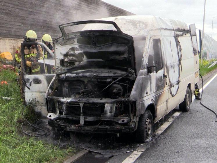 Bedrijfsbus vliegt in brand op N35 bij Wierden