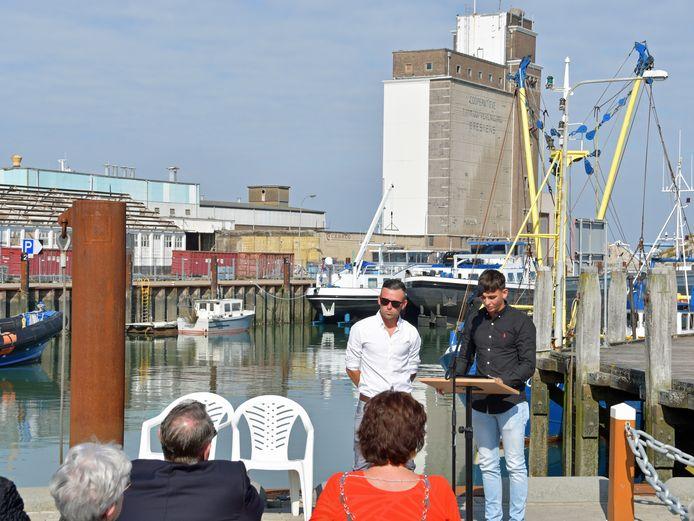 Wesley (links) en Joery Steijaert lezen de namen voor van de Bressiaanders die op zee zijn omgekomen tijdens de visserij.