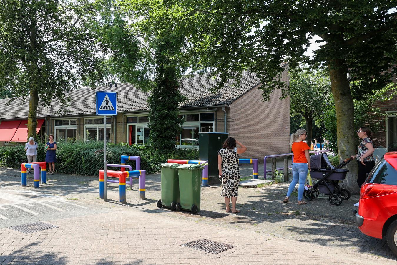 Wachtende ouders bij basisschool De Beerze moet mogelijk dicht om samengevoegd te worden met de school in Middelbeers. Ouders en inwoners uit Oostelbeers willen de school houden.