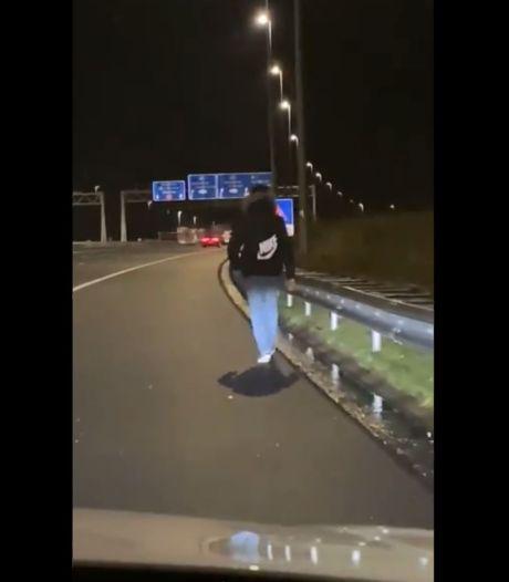 Kortste route van Amsterdam naar Utrecht? Wandelaar zet de pas erin over de A9