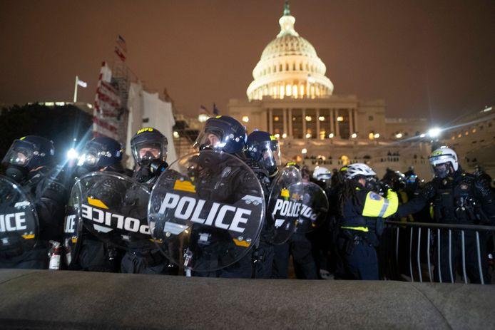 Agenten in gevechtsuitrusting aan het Capitool na de bestorming van woensdag.