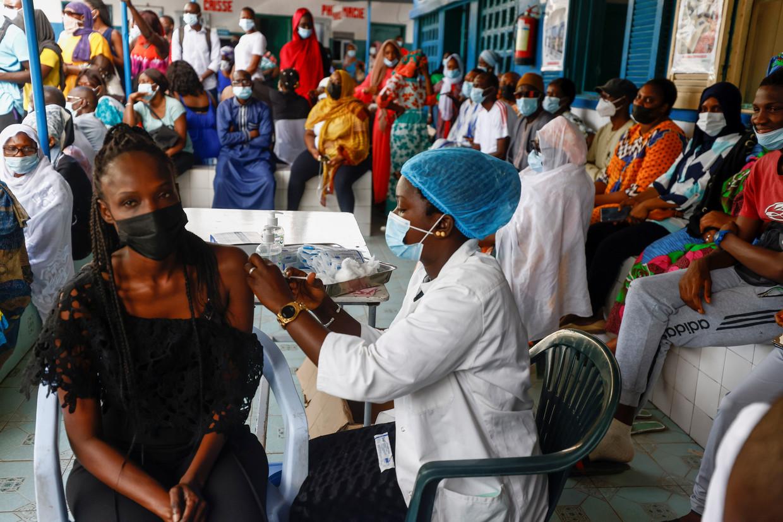Inwoners van Dakar krijgen hun vaccin toegediend.  Beeld REUTERS