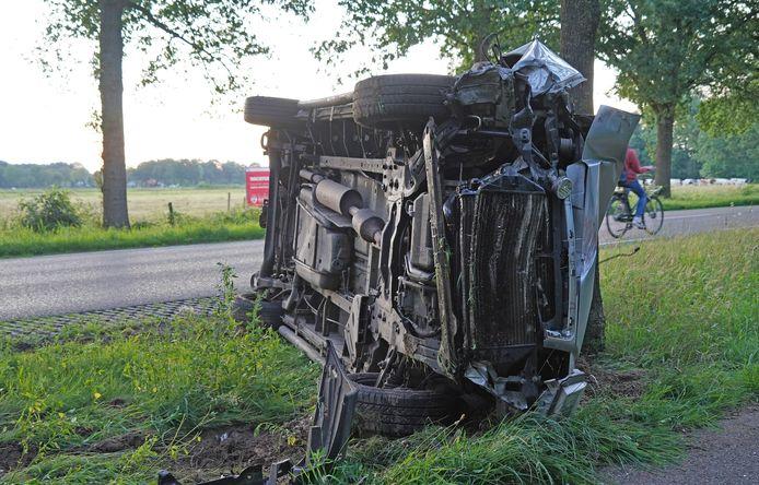 De schade aan de in de berm geraakte bus was aanzienlijk.