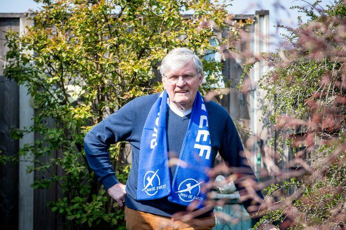 Henk Lentelink is met 75 jaar de oudste voetballer van De Zweef. De club zette hem daarom in het zonnetje.