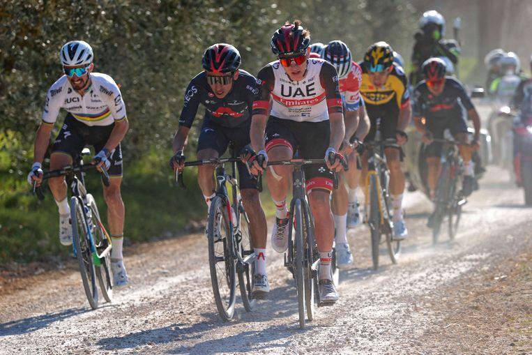 Egan Bernal (tweede van links) hoeft alvast geen angst te hebben voor de Giro-etappe over grindwegen, na zijn derde plaats in de Strade Bianche begin maart. Beeld Photo News