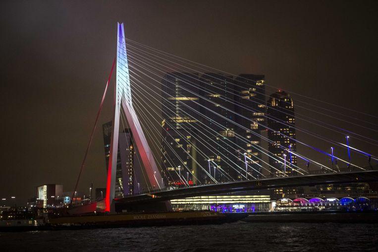 De Erasmusbrug in de kleuren van de Franse vlag Beeld anp