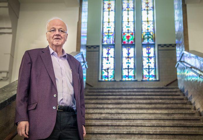 Chris Oomen op de bekende trap van het Aloysius College.