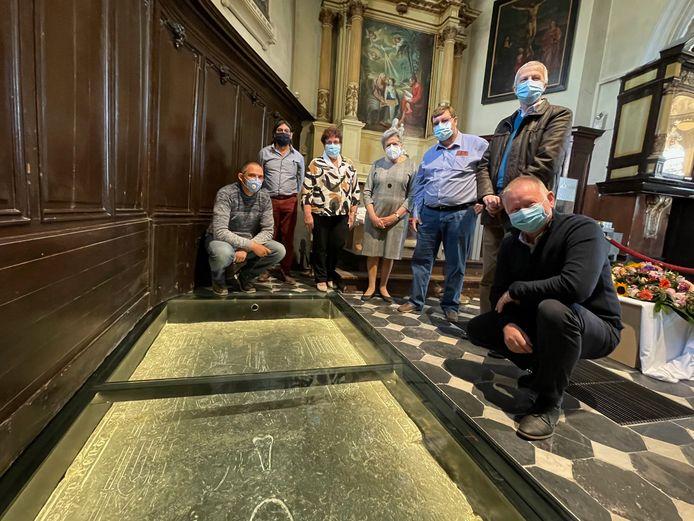 In de St Annakerk in Stene werd de grafsteen van een ridder gerestaureerd