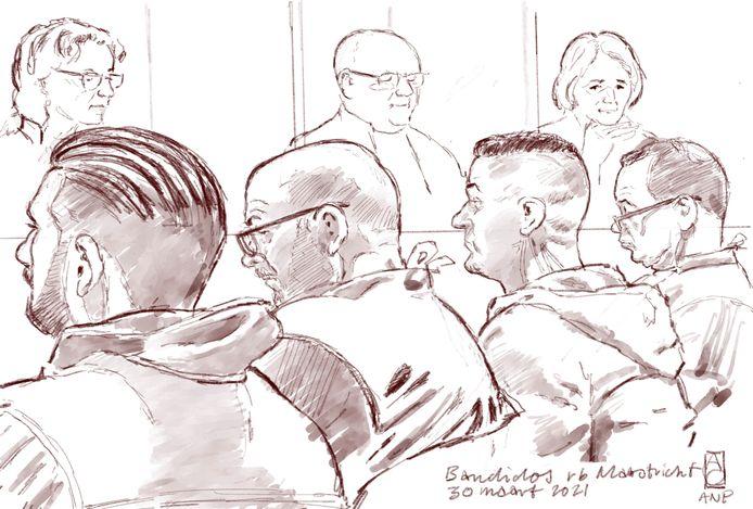 Schets van verdachten William V. (L) en Jeremy R. (R), geflankeerd door hun advocaten Bart Welvaart en Leon van Kleef, in de rechtbank tijdens de inhoudelijke behandeling van de strafzaak tegen de Limburgse motorclub Bandidos.