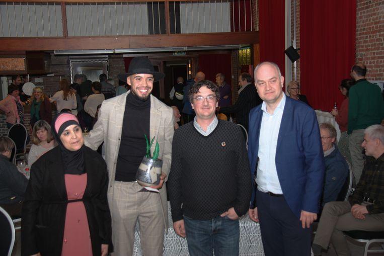 Van links naar rechts: Fatiha Qebayli, mama van Kamal, Groene Pluim-winnaar Kamal Qebayli, schepen Sven Cools (Groen) en Vlaams parlementslid Bjorn Rzoska (Groen).