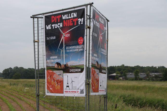 Onlangs werden langs de Bolksbeek in de buurt van het plangebied voor het windpark bij een lokale actie al protestborden geplaatst.