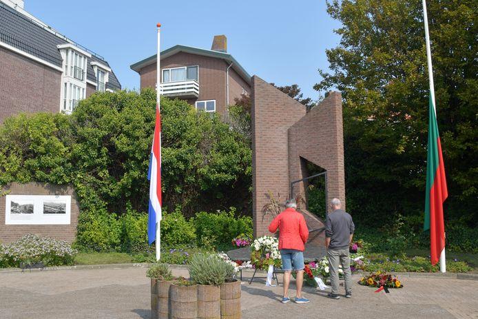 Adrie en Cor Verstraaten-Van den Broecke staan elk jaar stil bij het monument om hun omgekomen familieleden te herdenken.
