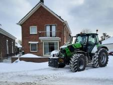 Achterhoekse boeren in actie in de sneeuw: de trekker als zorgtaxi en een schone oprit voor ingesneeuwde ouderen
