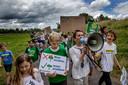 Kinderen wandelen van Amsterdam naar Diemen. Kinderen en ouders willen via deze weg ook hun stem laten horen dat ze voor schone en meer duurzame oplossingen voor energie zijn.
