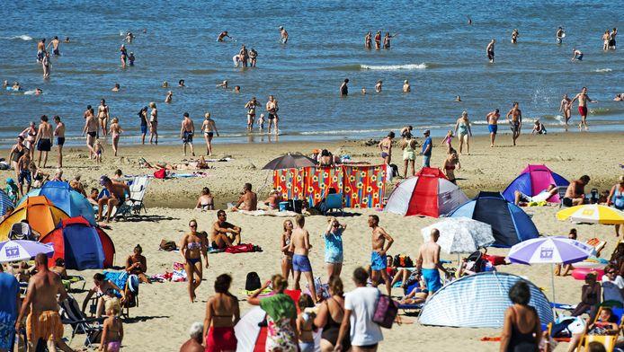 Badgasten op het strand van Texel.