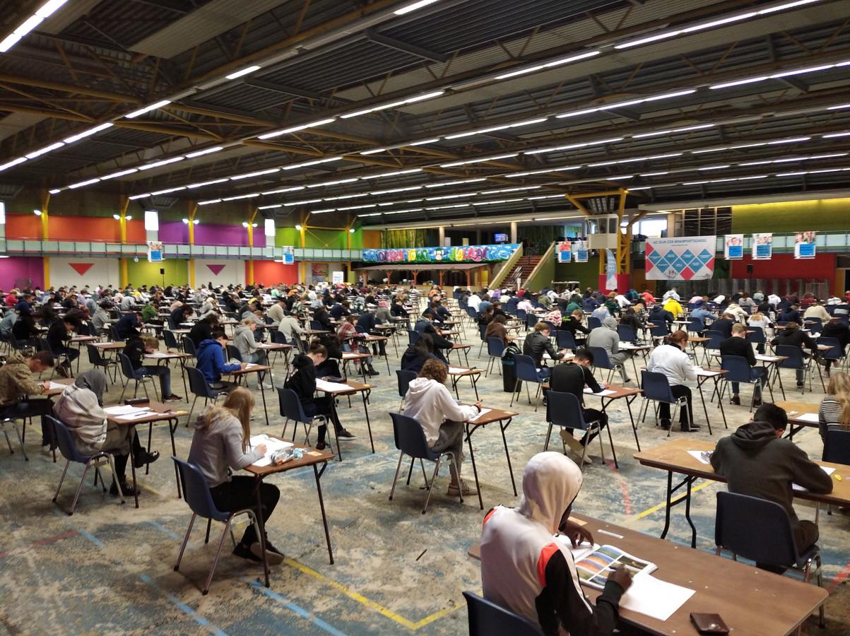 Leerlingen van het Jan van Brabant College in Helmond maken toetsen in de City-Sporthal.