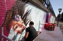 Studio Giftig, hier bezig in Helmond met een schildering bij de brug van Traverse.