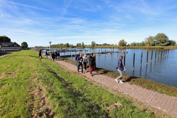 Open dag van jachthaven Hermenzeil in Raamsdonk, waar belangstellenden een kijkje konden nemen onder begeleiding van mensen van de gemeente.