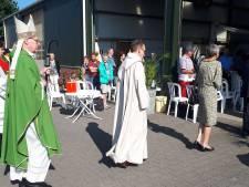 De bisschop predikte vanuit een boerenschuur: 'Wij zijn niet meer dan de hoveniers, God is de eigenaar van deze aarde'