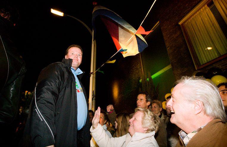 Huldiging Raymond van barneveld voor zijn huis in de Harry Pauwlaan in de wijk Ypenburg, op 2 januari 2007. De moeder van de kampioen slaat van Barneveld op zijn buik. Beeld Martijn Beekman