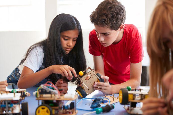 Kinderen experimenteren met techniek tijdens de TechLab Club.
