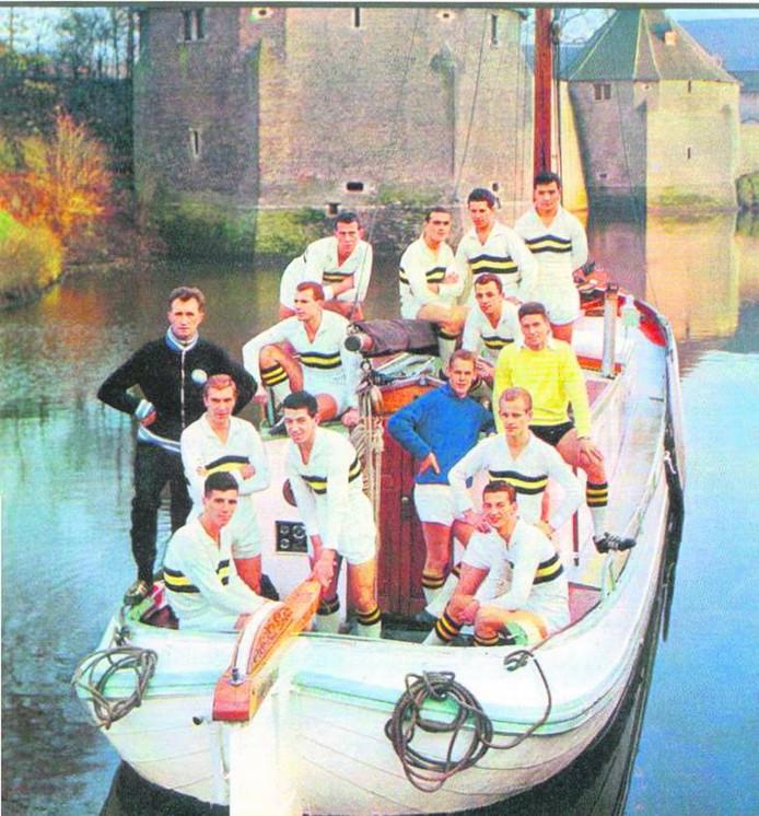 Theo Laseroms (achterste rij, rechts) met NAC in het Spanjaardsgat.