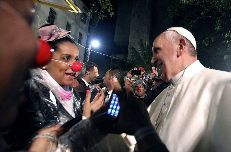 Franciscus met een vrouw bij een ziekenhuis voor drugsverslaafden, Brazilië, juli 2013. Beeld epa