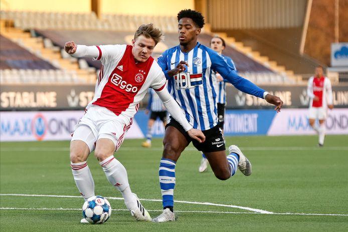 Collin Seedorf (r) van FC Eindhoven loopt op de hakken bij Jong Ajax-speler Christian Rasmussen en veroorzaakt zo een penalty.