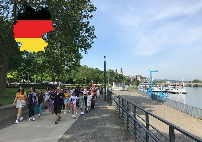 Een groep toeristen langs de Moezel in Koblenz.